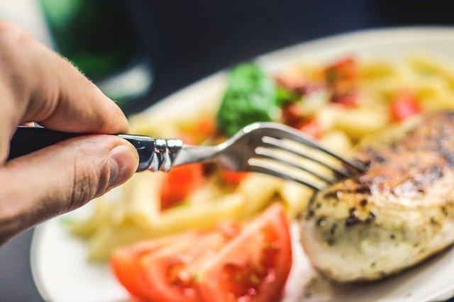 fourchette qui attrape un morceau de poulet