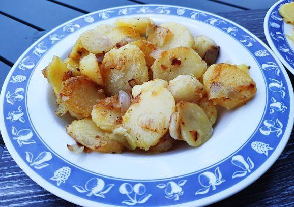 Pomme de terre sautées dans une assiette