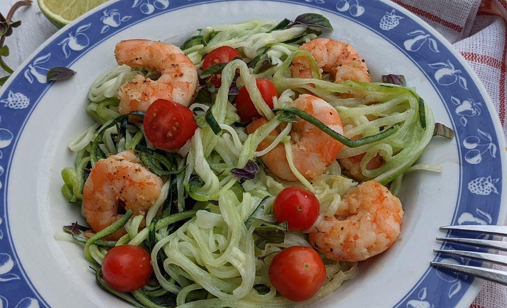 spaghettis de courgettes dans une assiette